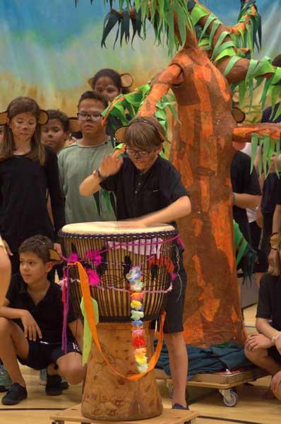 Uraufführung Bantamba Trommelwettbewerb mit den Affen